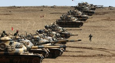 Turkish army tanks take up position on the Turkish-Syrian border near the southeastern town of Suruc in Sanliurfa province October 6, 2014. Outgunned Kurdish fighters vowed on Monday not to abandon their increasingly desperate efforts to defend the Syrian border town of Kobani from Islamic State militants pressing in from three sides and pounding them with heavy artillery. Despite the heavy fighting, which has seen mortars rain down on residential areas in Kobani and stray fire hit Turkish territory, a Reuters reporter saw around 30 people cross over from Turkey, apparently to help with defence of the town. REUTERS/Umit Bektas (TURKEY - Tags: TPX IMAGES OF THE DAY MILITARY CONFLICT POLITICS) - RTR493EW
